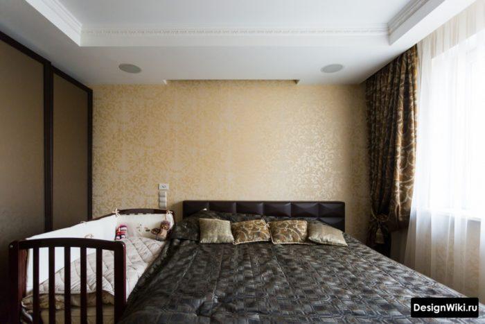 Детская кроватка не со стороны окна в спальне