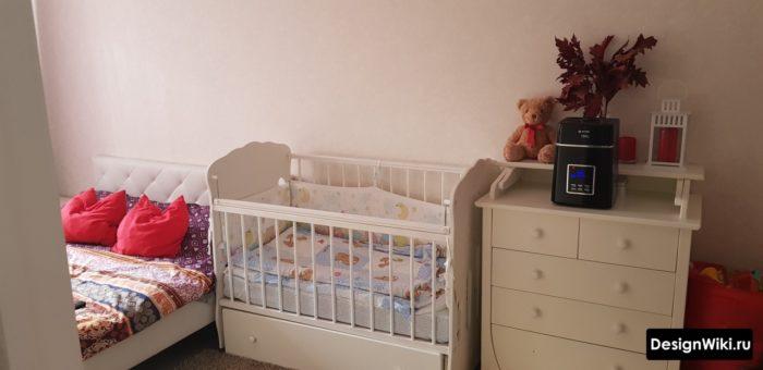 Детская кроватка перпендикулярно кровати в спальне