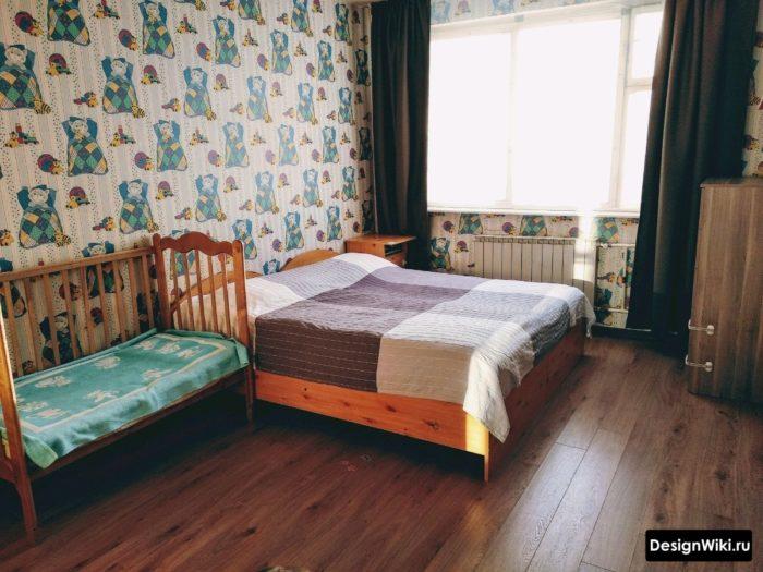 Детские обои в спальне с кроваткой