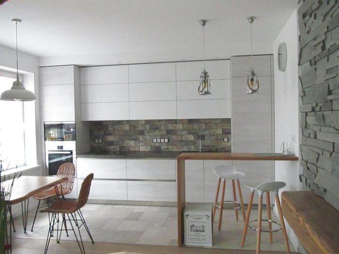 Дизайн кухни-гостиной со шкафами до потолка