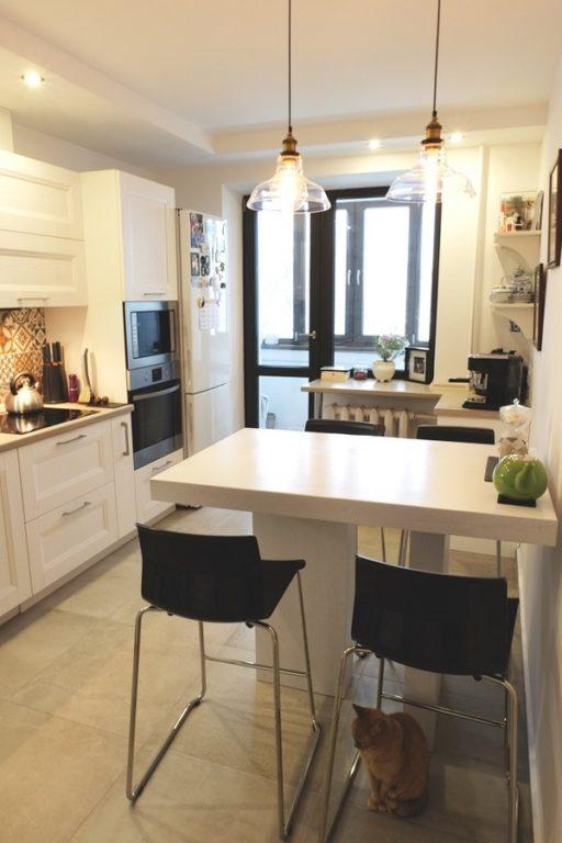 Дизайн кухни с белым барным столом