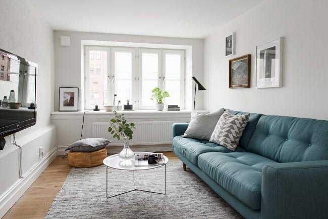 Дизайн маленькой гостиной с прямым диваном
