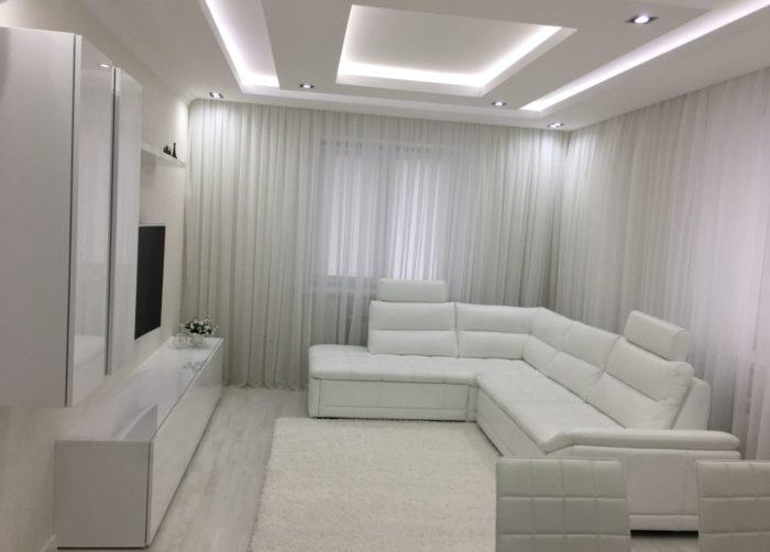 Дизайн потолка в маленькой гостиной
