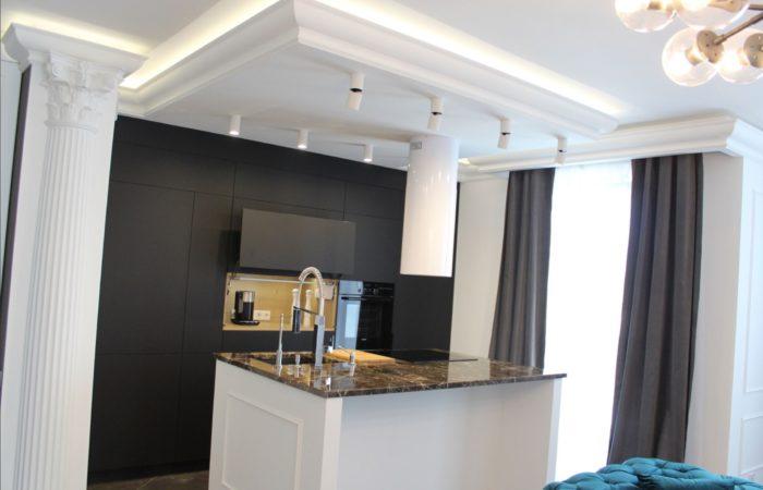 Дизайн потолка с подсветкой в классическом стиле