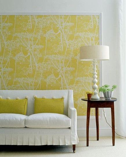 Желтые обои с рисунком в интерьере