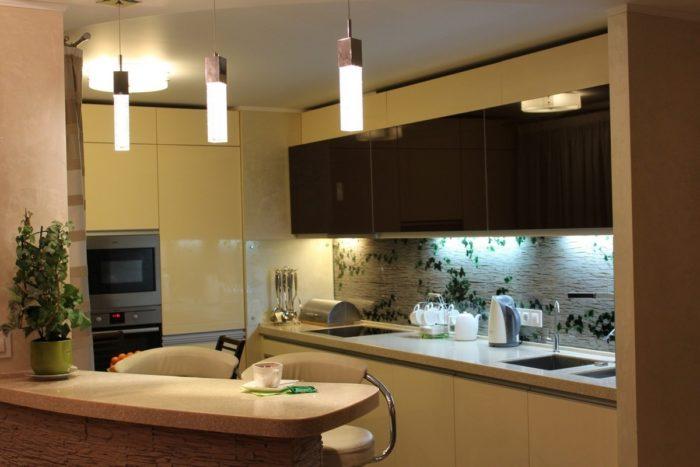 Изогнутая барная стойка в дизайне кухни