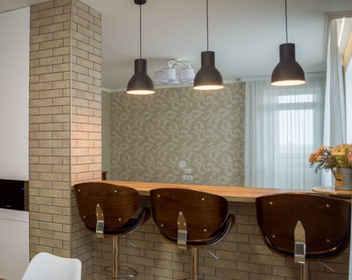 Капитальная барная стойка между кухней и гостиной