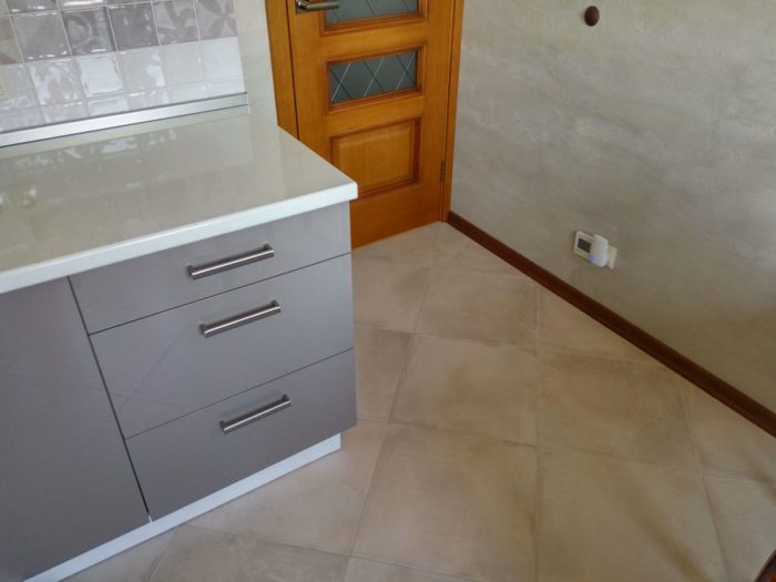 Квадратная плитка на полу кухни