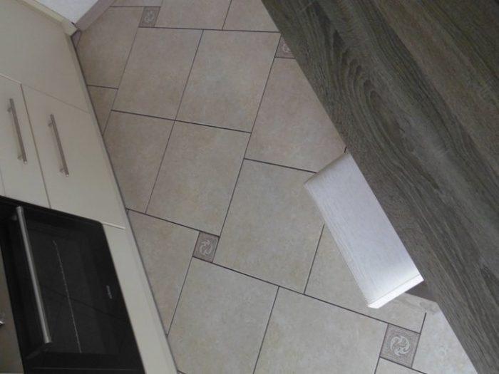 Квадратная плитка с маленькими квадратиками на кухне