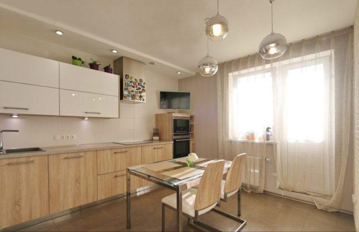 Квадратный керамогранит 60x60 на полу кухни
