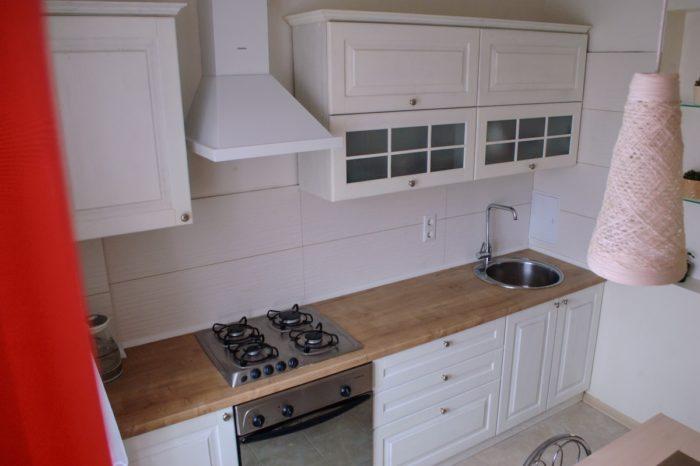 Классический дизайн белой кухни со столешницей под дерево
