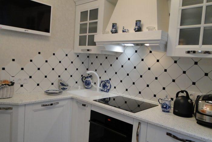 Классический дизайн кухни с фартуком плиткой ромбиком