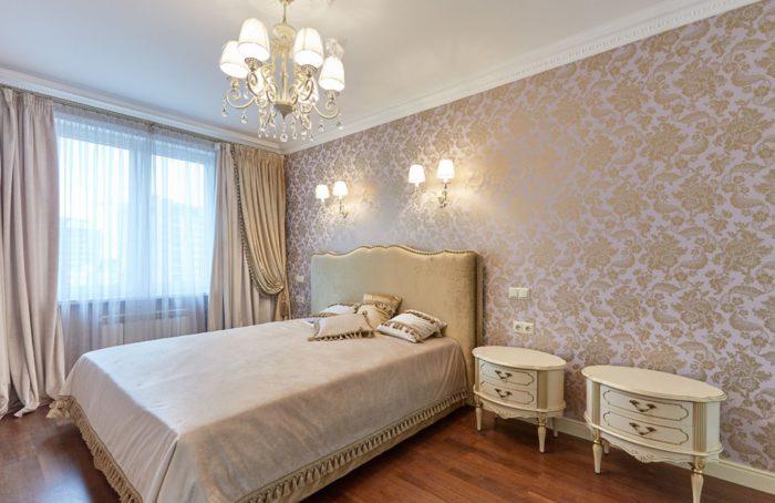 Классический дизайн спальни с ровным потолком