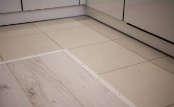 Комбинирование ламината и плитки на полу кухни