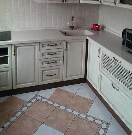 Композиция из плитки на полу кухни