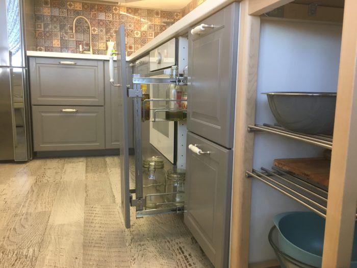 Контрастный ламинат на пол кухни