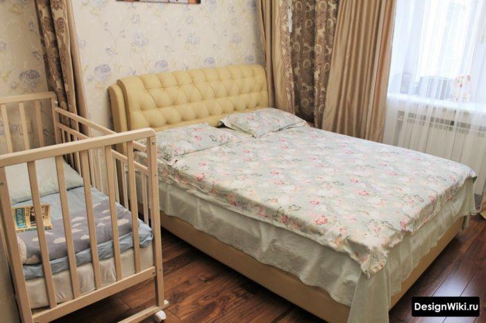 Кроватка в спальне с обратной стороны от окна