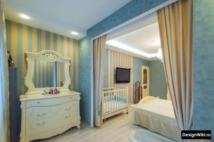 Кроватка и туалетный столик в спальне