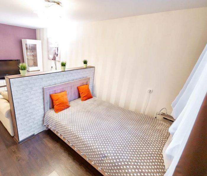 Кровать для ребенка в одной комнате с родителями