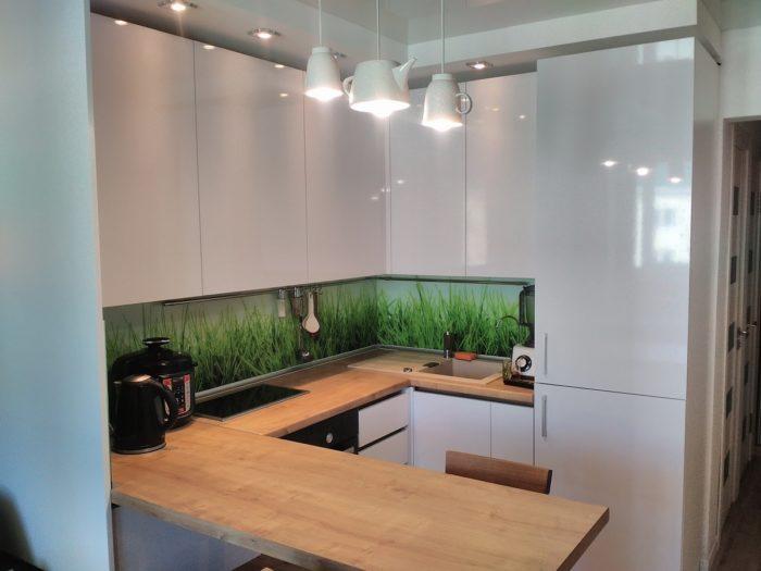 Кухня в стиле минимализм с деревянной столешницей из ДСП