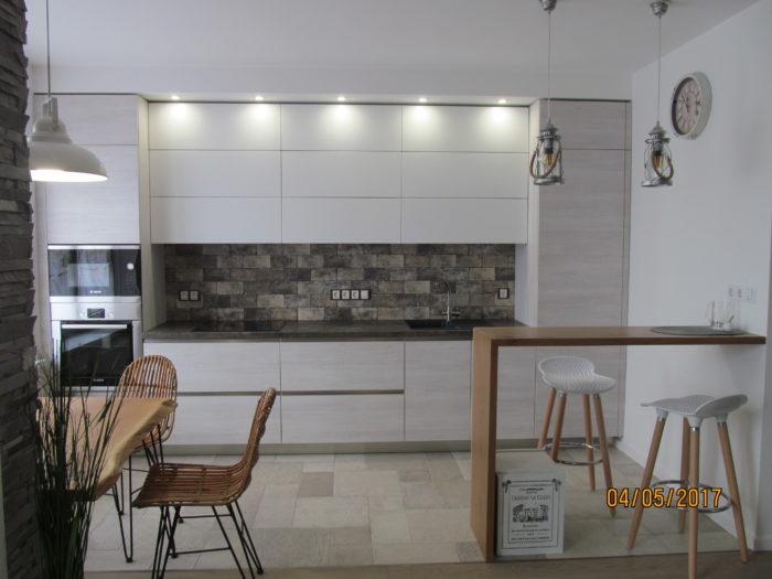 Кухня с барной стойкой из массива дуба