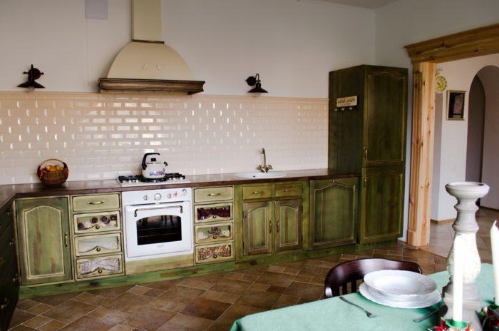 Кухня с плиткой кабанчиком цвета топлёного молока