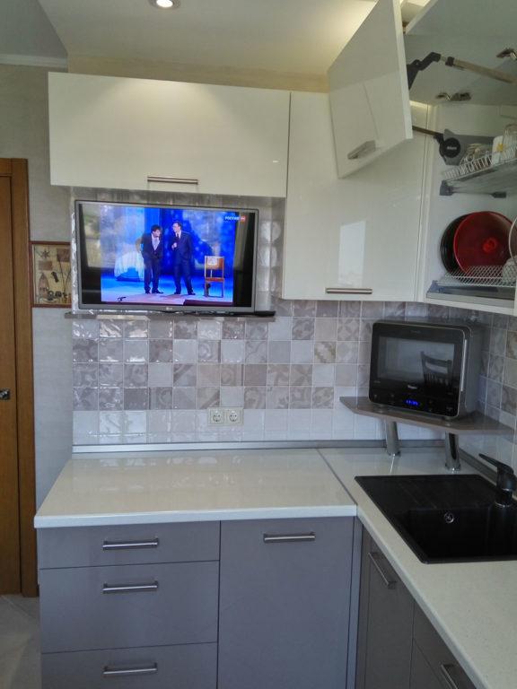 Кухня с подъемным механизмом блюм