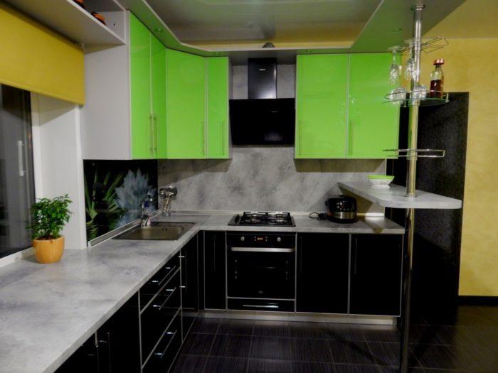 Кухня с фартуком из серого постформинга