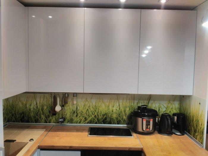 Кухня с фасадами белый глянцевый пластик