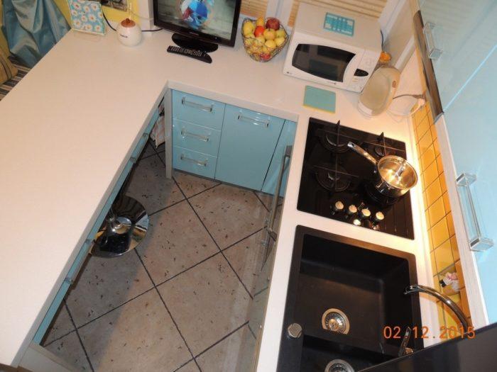 Маленькая П-образная кухня с барной стойкой