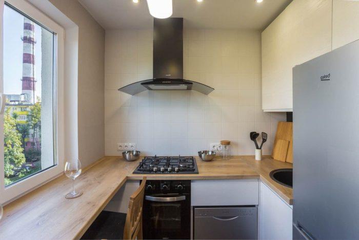 Маленькая белая кухня с деревянной столешницей-подоконником