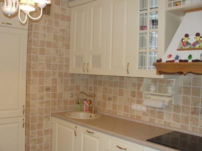 Маленькая квадратная плитка на фартуке классической кухни
