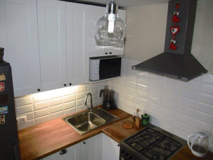 Маленький белый кабанчик на кухне