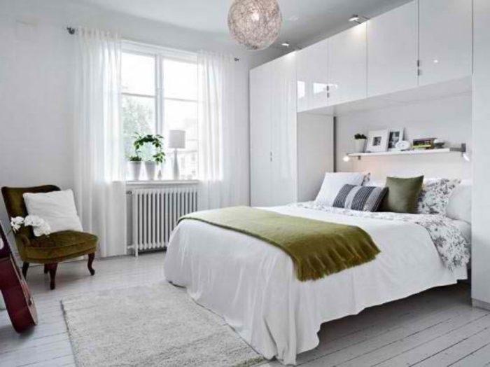 Минималистичный шкаф вокруг кровати