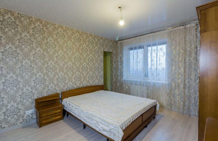 Натяжной потолок глянцевый в спальне