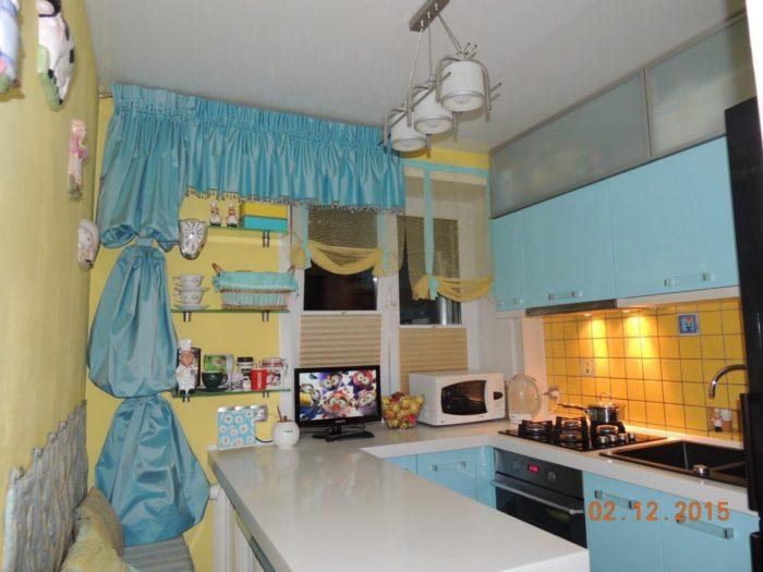 Очень маленькая кухня с барной стойкой