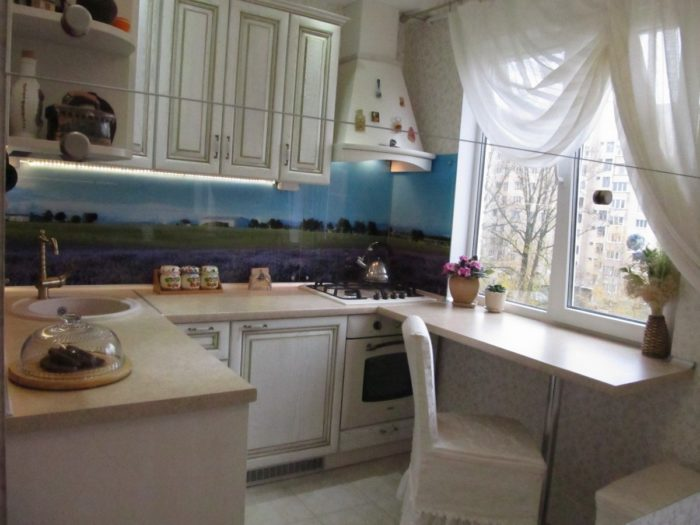Пейзаж на фартуке кухни за стеклом
