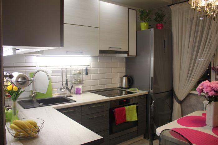 Плитка белый кабанчик с серой затиркой на фартуке кухни