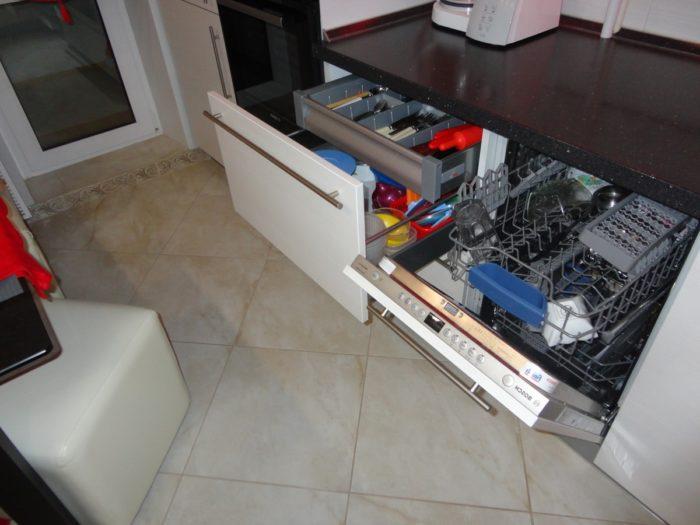 Плитка и затирка песочного цвета на полу кухни