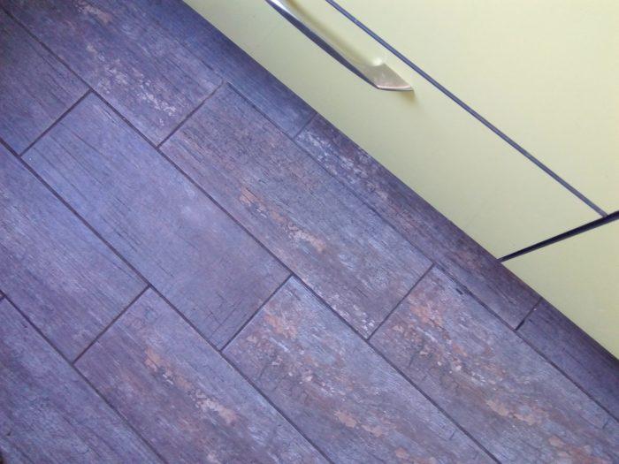 Плитка керамогранит состаренное дерево на полу кухни
