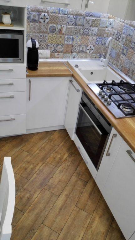 Плитка под дерево на полу белой кухни