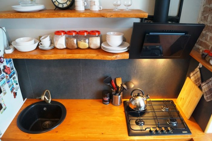 Плитка 60x60 на фартуке маленькой кухни