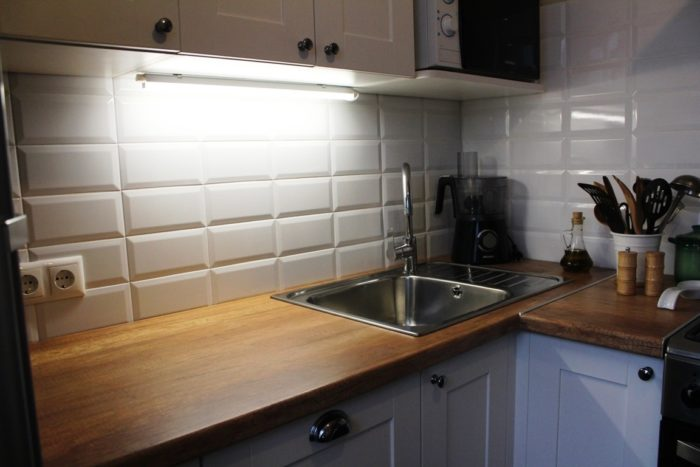 Подсветка фартука из белого кабанчика на кухне