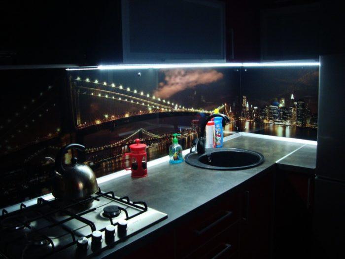 Подсветка фартука из стекла на кухне