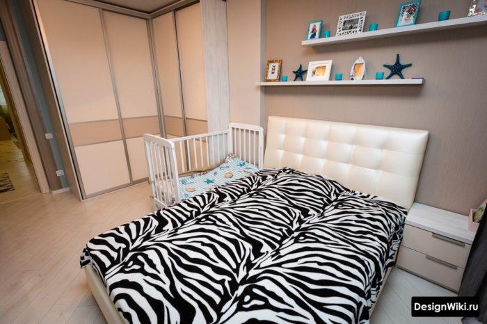 Постельное белье зебра и угловой шкаф в спальне с детской кроватью