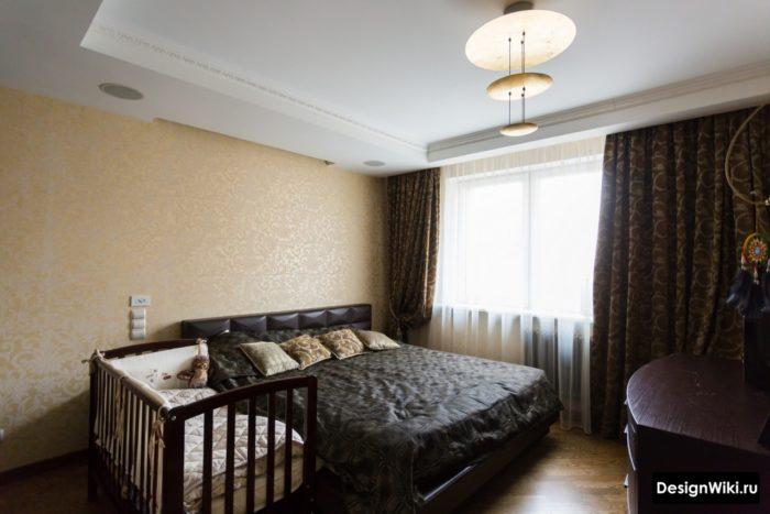 Приставная детская кроватка в спальне