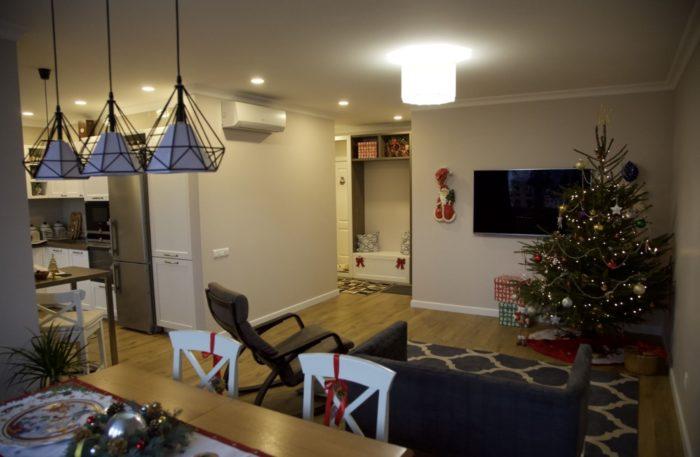Простой дизайн потолка в квартире-студии