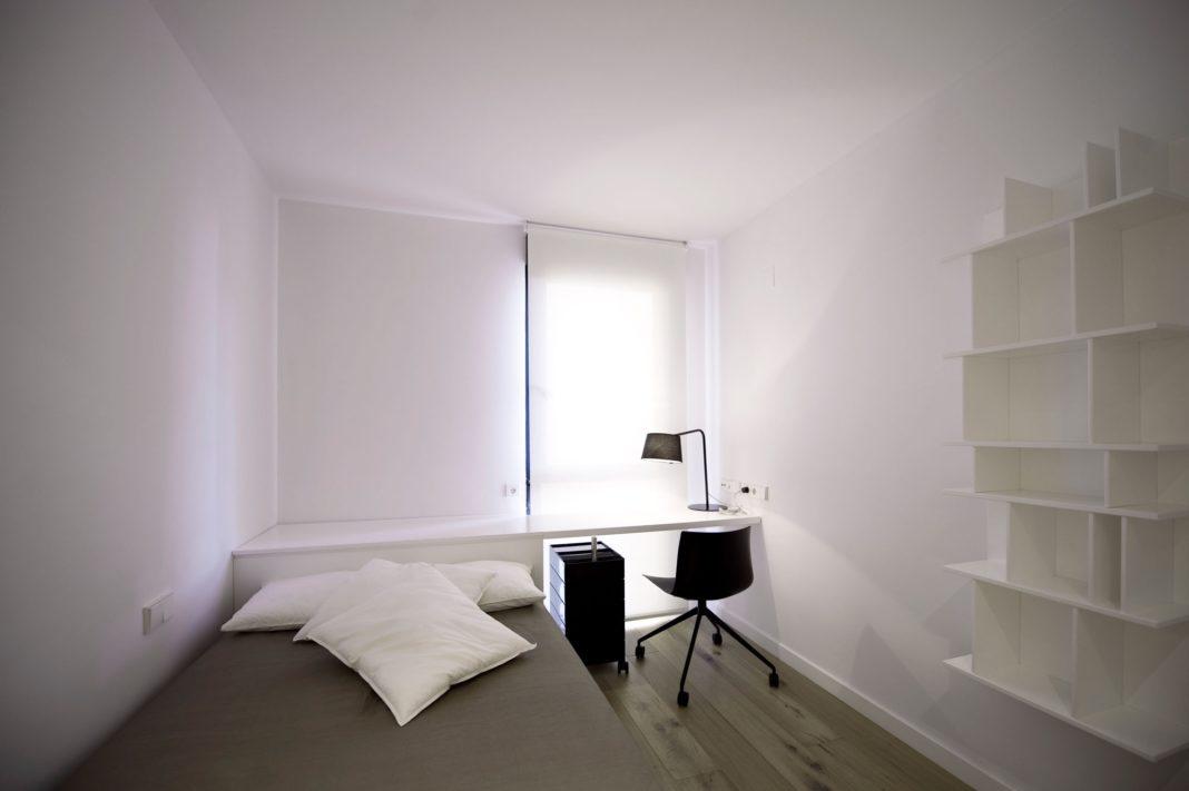 Рабочий стол в маленькой минимализм спальне
