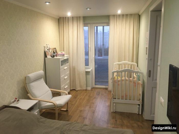 Расстановка мебели в спальне с детской кроватью