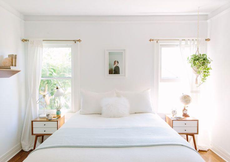 Растения в белой спальне